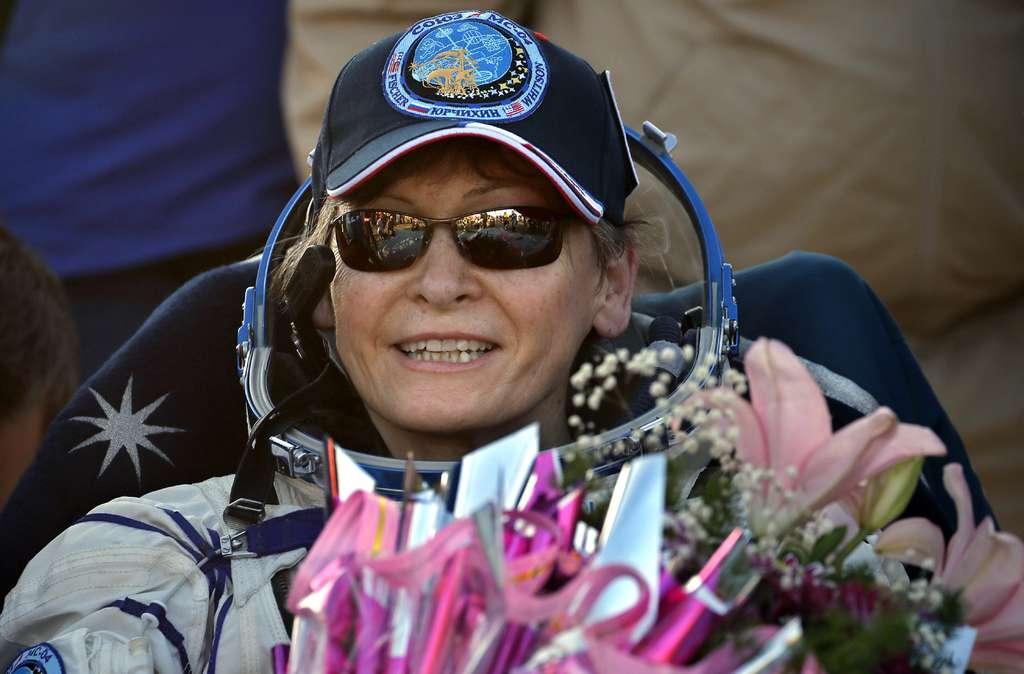 Peggy Whitson, 57 ans, est rentrée sur Terre le 3 septembre, au terme d'un séjour de 288 jours dans l'espace. Comme une place s'était libérée pour un vol à bord de la capsule Soyouz, l'astronaute américaine, qui devait revenir en juin, en a profité pour passer quelques semaines de plus à bord de la Station spatiale. © Nasa