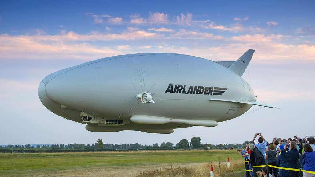 Dans sa version transport de passagers, l'Airlander 10 est doté d'une cabine de 2.100 mètres carrés et peut, dans sa version transport de fret, emporter jusqu'à 10 tonnes de matériel. Il peut rester en vol jusqu'à 5 jours à 20.000 pieds et parcourir de 7.500 à 8.500 km selon sa configuration. © Hybrid Air Vehicles