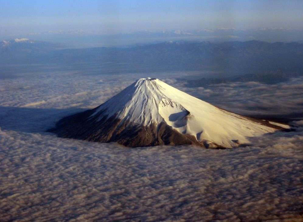 Une vue du mont Fuji perçant une mer de nuages. Avec 3.776 m d'altitude, il est le point culminant du Japon. © Joe Jones-Wikipédia