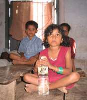 © UNICEFKerala/India/ Jeemon Jacob Distribution d'eau dans un camp ouvert par les autorités indiennes dans le district du Kerala