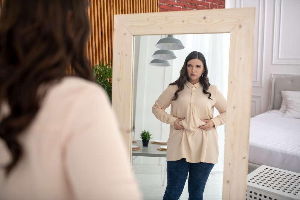 Les jeunes adultes de 18-24 ans présentent le risque le plus élevé de passer des catégories d'IMC de poids normal à celles en surpoids ou à l'obésité, selon la récente étude publiée dans The Lancet. © Zinkevych, Adobe Stock