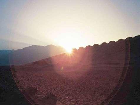 Soleil à travers l'alignement de pierres, marquant un solstice. Crédit : Yale University