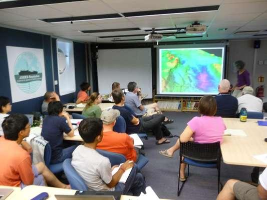 L'équipe scientifique internationale, embarquée à bord du JOIDES Resolution le 13 décembre 2012, poursuit à bord la préparation de la mission de forage. Kathryn Gillis, la chef de projet, assure le briefing. © Jean-Luc Berenguer