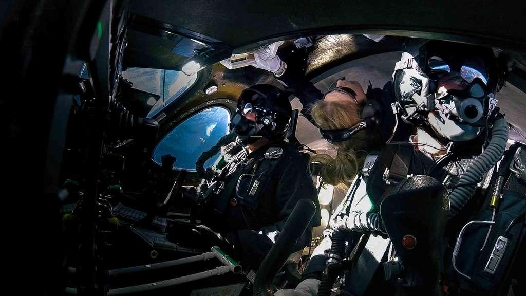 L'intérieur du SpaceShipTwo avec au premier plan les deux pilotes et une passagère, en l'occurence Beth Moses, instructrice en chef des futurs clients-astronautes de Virgin Galactic. © Virgin Galactic