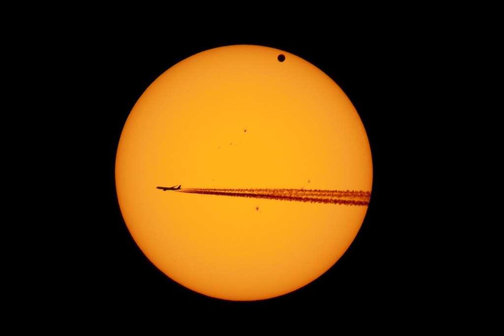 Un intrus sous la forme d'un avion de ligne s'est invité devant le Soleil le 6 juin à l'aube alors que le transit de Vénus touchait à sa fin. © Danilo Pivato