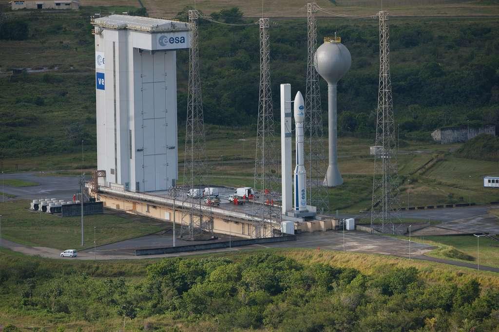 Un lanceur Vega sur son pas de tir du Centre spatial guyanais. Il est lancé depuis l'Ensemble de lancement 1 (Ela-1), autrefois utilisé par les premières Ariane. Ce pas de tir a été modernisé et a pris le nom d'Ensemble de lancement Vega (ELV). © Esa, S. Corvaja