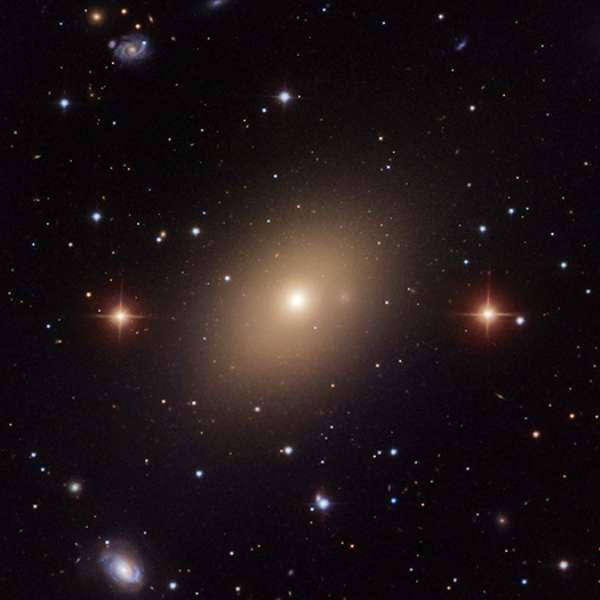 NGC 5813 fait partie de ce que l'on appelle parfois des galaxies centrales dominantes, c'est-à-dire des galaxies elliptiques particulièrement massives situées au cœur des amas ou des groupes de galaxies. © SDSS