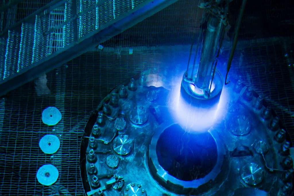 Au cœur du réacteur nucléaire de recherche de l'Oak Ridge National Laboratory, les électrons se déplacent dans l'eau plus vite que la lumière et émettent une lumière bleue. © Genevieve Martin, ORNL, Flickr, CC by-nc-nd 2.0