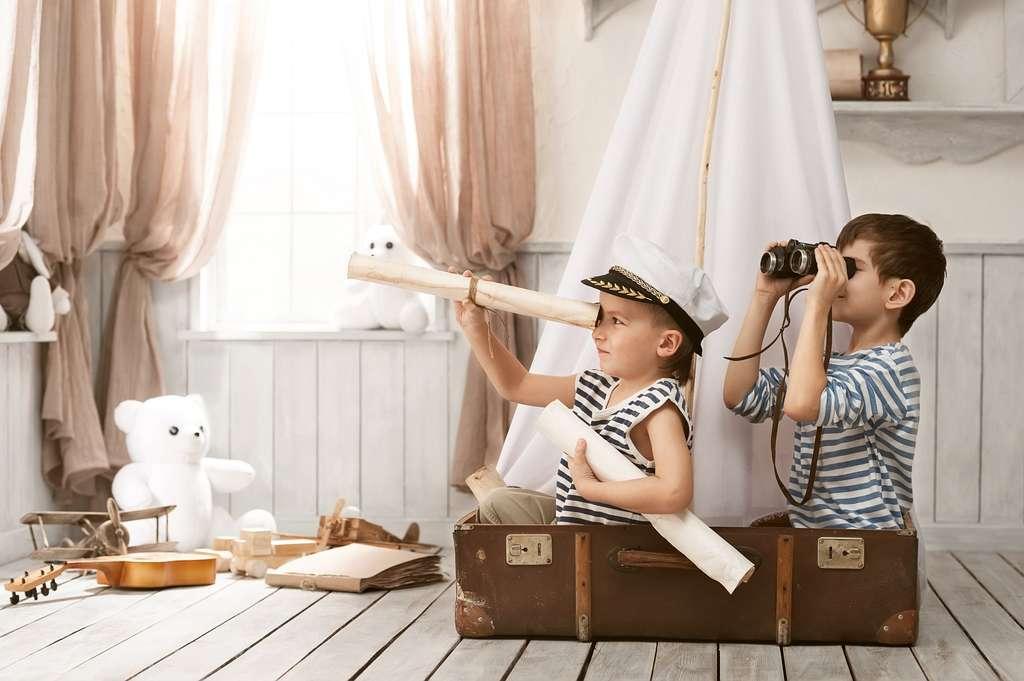 Un petit frère, c'est la possibilité de jouer ensemble et de se dépenser, au lieu de rester seul devant un écran. © Vasilyev Alexandr, Shutterstock