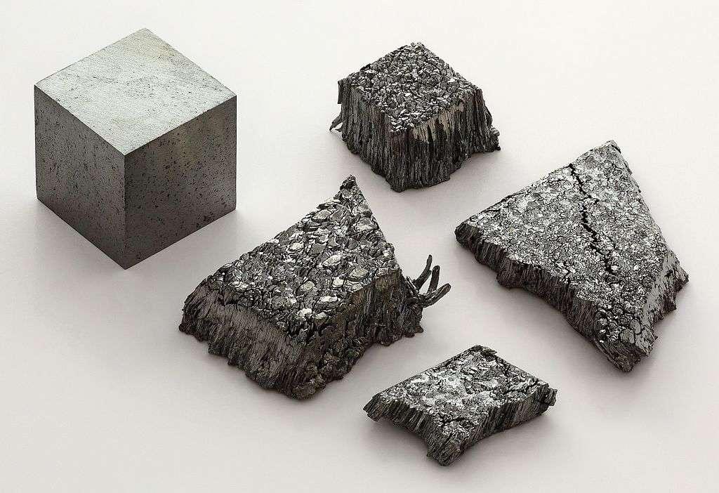 Lutécium sublimé et sous une modification dendritique pur à 99,995 % placé à côté d'un cube d'un centimètre d'arête de lutécium (99,9 %) refondu à l'arc. © Alchemist-hp, wikimedia commons, CC 3.0