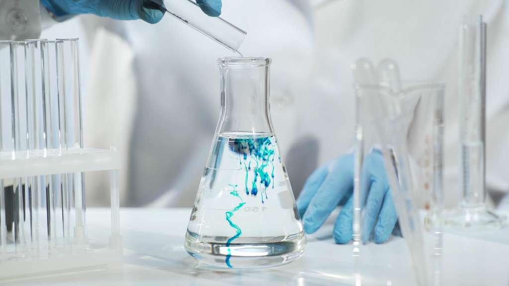 En étudiant les réactions chimiques de divers éléments, le physico-chimiste permet des découvertes applicables dans de multiples secteurs d'activité comme la santé, le nucléaire ou encore l'environnement. © motortion, Adobe Stock.