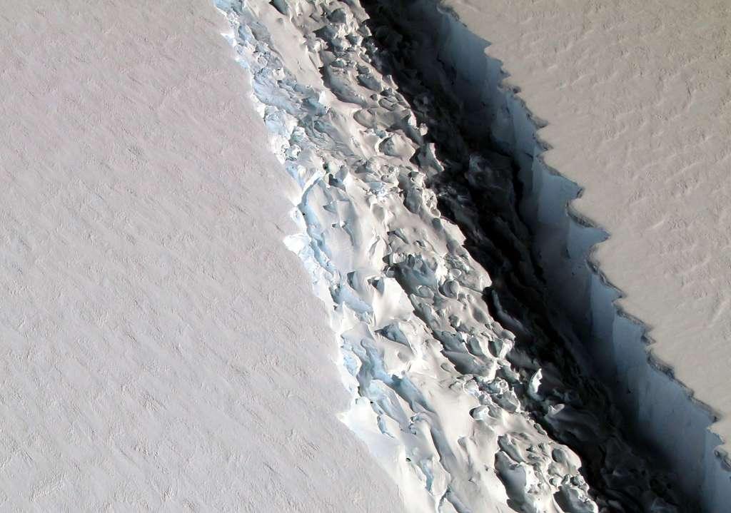 La faille de Larsen C, une barrière glaciaire en bordure de la péninsule Antarctique, est spectaculaire avec ses 110 km de long et ses 90 m de large. Mais elle n'occupe qu'une petite partie de la calotte polaire. © Nasa