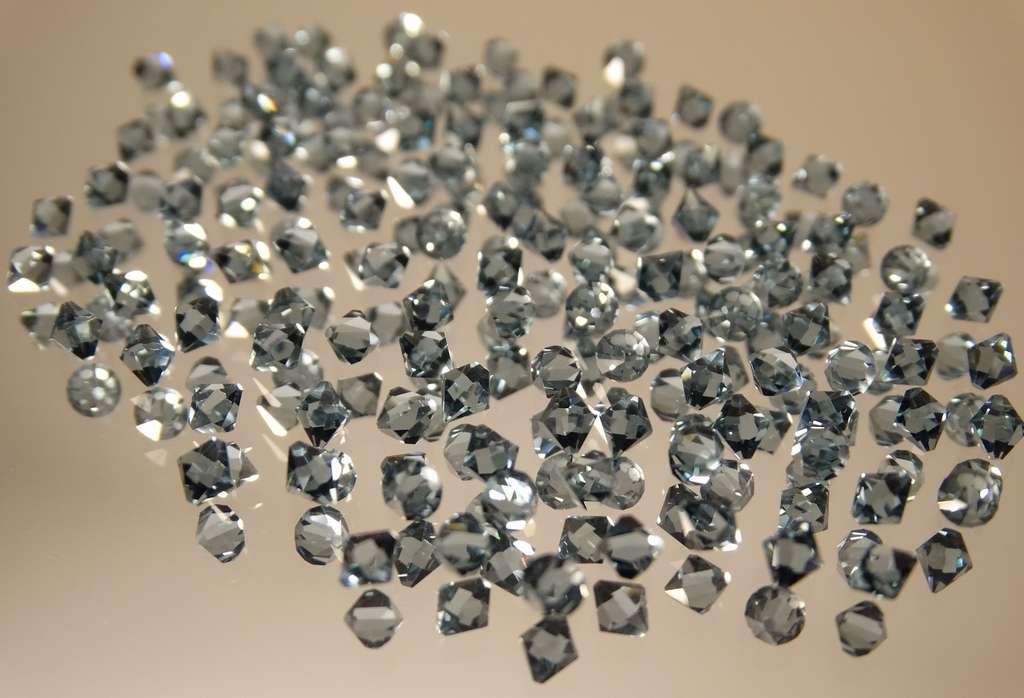 Lorsqu'ils sont taillés, les cristaux de zircone brillent comme des diamants, en restant beaucoup moins chers. © 422737, Pixabay, CC0 Creative Commons