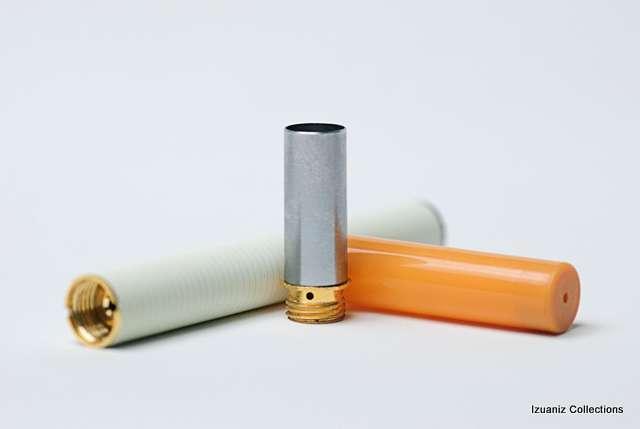La cigarette électronique se compose de trois parties, une batterie (à gauche), un atomiseur (au centre) et un réservoir d'e-liquide (à droite). © Izuaniz, Flickr, cc by nc 2.0