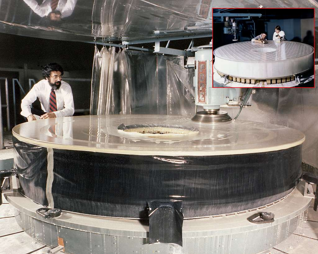 Polissage du miroir primaire d'Hubble d'un diamètre de 2,4 m. Sa masse a pu être abaissée à 818 kg grâce à une structure interne en nid-d'abeilles. © Perkin-Elmer Corporation