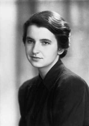 Rosalind Franklin est née en 1920 dans une famille influente. Son père était banquier d'affaires et professeur au Working Men's College, un des premiers établissements de formation continue du Royaume-Uni et d'Europe, dont il deviendra ensuite le vice-principal. © A Other, Flickr