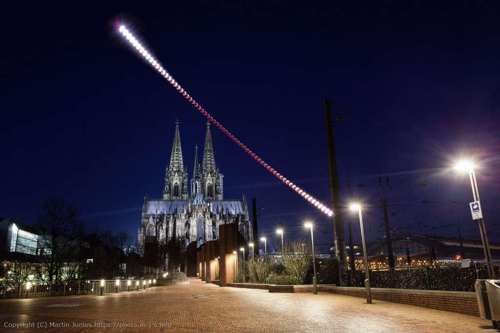 L'intégrale de l'éclipse totale de Lune photographiée ici au-dessus de la cathédrale de Cologne, en Allemagne. © Martin Junius, APOD