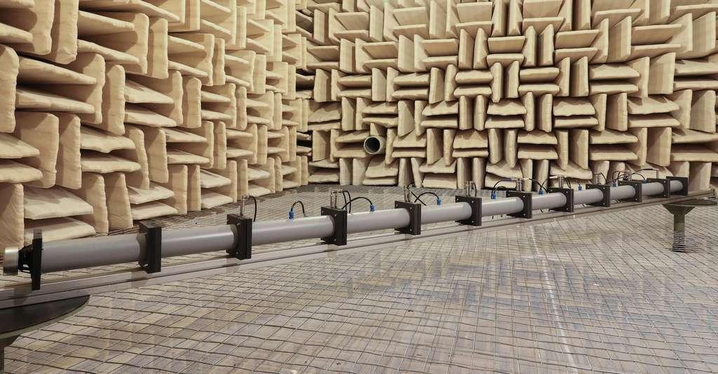 Voici le tube que les chercheurs de l'EPFL ont utilisé pour réaliser une structure fortement désordonnée. Un tube d'environ 3,5 mètres de long, rempli d'air et d'obstacles de diverses natures (murs, matériaux poreux, chicanes, etc.). Ils ont ensuite disposé des haut-parleurs entre ces obstacles, dont ils ont adapté les propriétés acoustiques par contrôle électrique. © Alain Herzog, EPFL