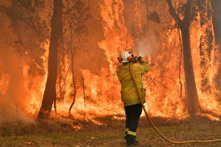 Un pompier lutte contre un incendie, le 10 décembre 2019 à Central Coast, à une centaine de kilomètres au nord de Sydney, en Australie. Saeed Khan, AFP, Archives