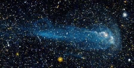 Connue depuis 400 ans, Mira, une géante rouge variable, révèle seulement aujourd'hui une étonnante queue de gaz, qui, un jour peut-être, ensemencera de nouveaux systèmes planétaires. © NASA/JPL-Caltech/C. Martin (Caltech)/M. Seibert (OCIW).