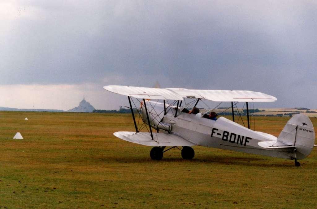 Samedi 21 mars, la piste de l'aérodrome des Grèves, près d'Avranches, sera recouverte par l'eau de mer déversée depuis la baie du mont Saint-Michel. À marée haute, le niveau sera 14 m plus haut qu'à marée basse. © Jean-Luc Goudet