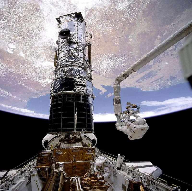 Le télescope spatial Hubble doit son exceptionnelle longévité aux cinq missions de maintenance réalisées à l'aide des navettes spatiales entre 1993 et 2009. © Nasa
