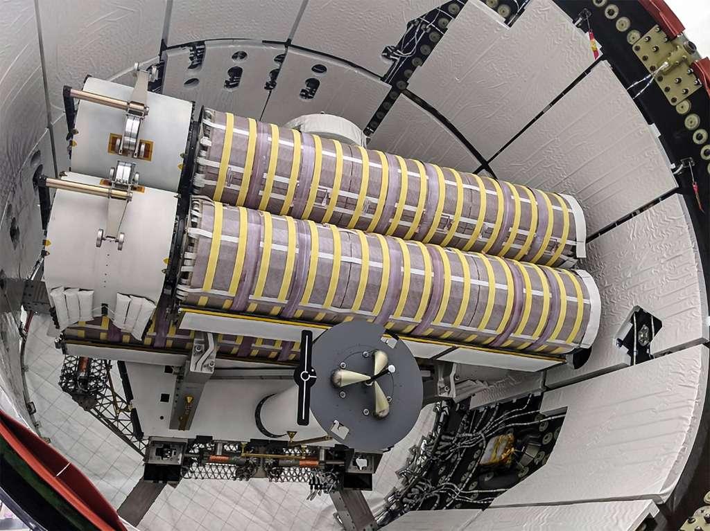 Deux panneaux solaires iROSA, enroulés et logés dans la partie non pressurisée du cargo Dragon de SpaceX. Un panneau solaire s'enroule autour de deux rouleaux. © SpaceX