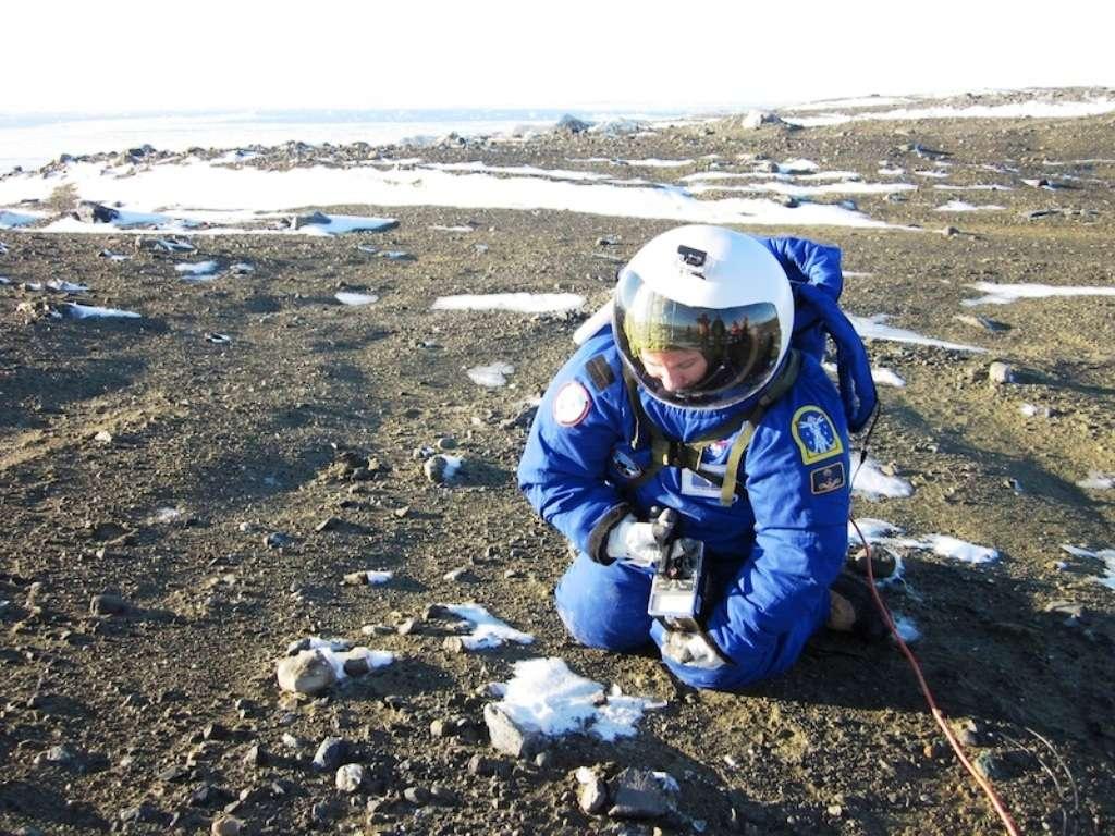 La vraie image montrant Margarita Marinova en train de tester un scaphandre pour une future mission martienne sur l'île de Marambio, au large de la péninsule de Palmer, en Antarctique. © Jon Rask