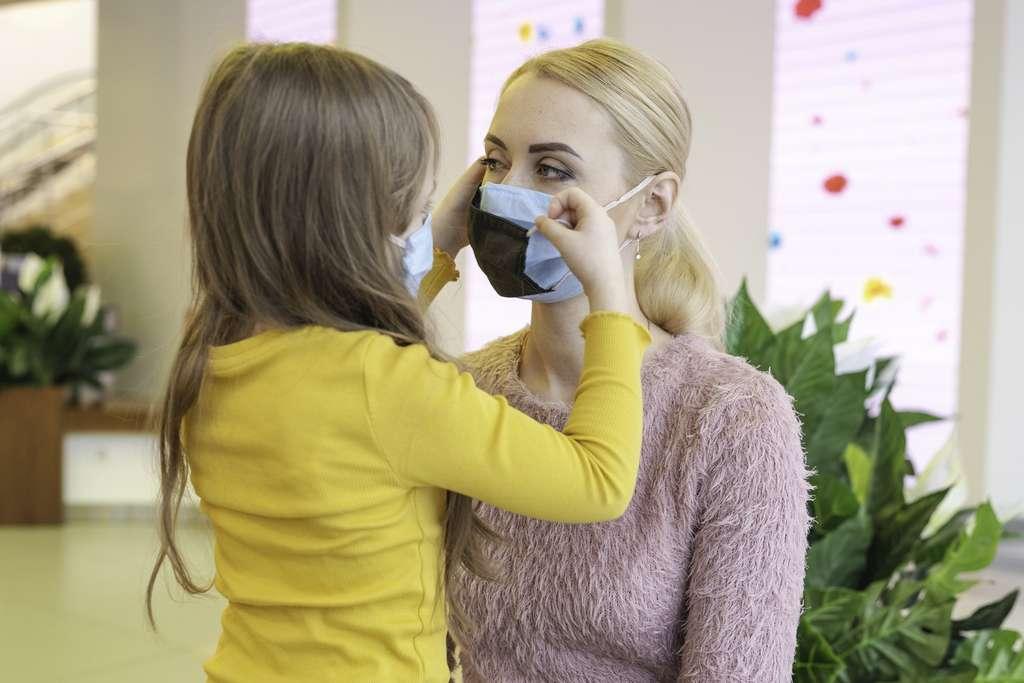 Portés en double ou ajustés, les masques renforcent ainsi la protection contre la Covid-19. © Alexandr, Adobe Stock