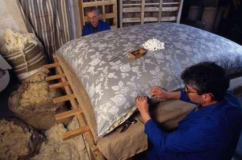 Matelassiers recousant un matelas ancien en laine. © Pascal Goetgheluck, reproduction et utilisation interdites