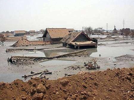 Par-delà la digue, la boue... Crédit Commons