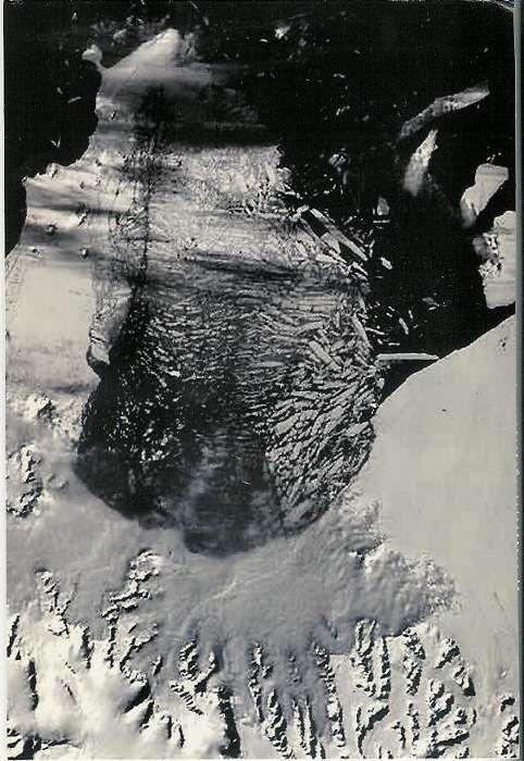 Une vue satellite de l'est de la péninsule antarctique le 5 mars 2002 montre la rupture d'une partie de la barrière de Larsen. Ce ne sont pas des morceaux de banquise mais bien d'immenses icebergs tabulaires de plusieurs centaines de mètres d'épaisseur que l'on voit se détacher. © 350.org, Flickr, CC by-nc-sa 3.0