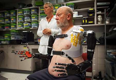 Pour la prothésiste Courtney Moran, ici à côté du patient, c'est une première. « Ceci n'est pas possible avec les prothèses actuellement disponibles. » © Johns Hopkins University Applied Physics Laboratory