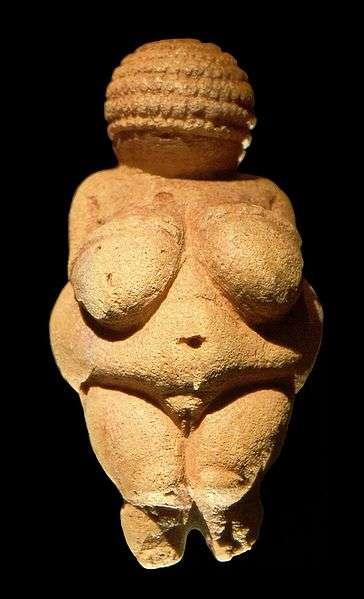 À gauche, la Vénus de Willendorf au Musée d'histoire naturelle de Vienne, en Autriche. À droite, réplique de la Vénus de Lespugue (Gravettien, Paléolithique supérieur), conservée au Musée de l'Homme, à Paris. La Vénus de Brassempouy se démarque de ces représentations par son réalisme. © Image de gauche : Matthias Kabel, Wikimedia Commons, cc by sa 3.0 ; image de droite : DP