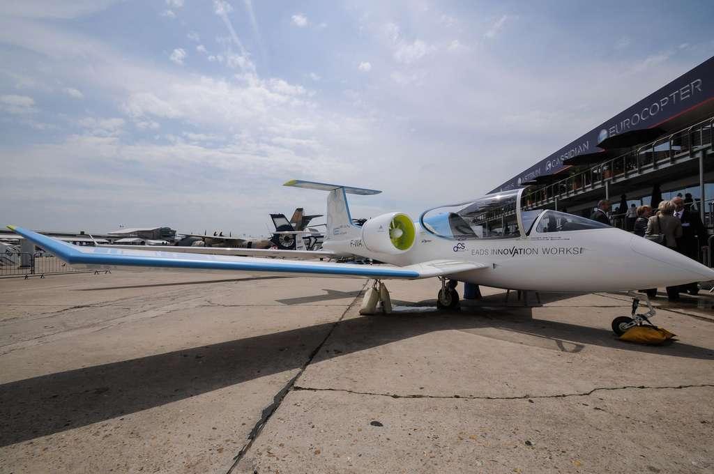 Le prototype du petit avion électrique E-Fan, à hélices carénées, au salon du Bourget en 2013. Il n'a pas encore volé, mais démontre qu'un grand industriel de l'aéronautique, en l'occurrence Airbus Group (anciennement EADS), peut s'intéresser de près à ce mode de propulsion encore à inventer. © Rémy Decourt