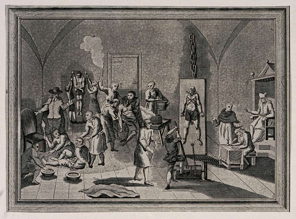 Gravure représentant l'intérieur d'une prison de l'Inquisition espagnole où hommes et femmes sont torturés ou brûlés sou sla surveillance d'un prêtre. © Wellcomeimage, Wikimedia Commons, CC by-sa 4.0