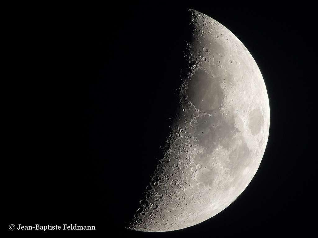 La plupart des phénomènes lunaires transitoires (LTP) ont été observés en bordure des fausses mers lunaires, des zones sombres peu cratérisées. Il s'agit de grands bassins creusés par l'impact d'astéroïdes et comblés ensuite par des coulées de lave. Les bordures de ces mers sont des zones où la croûte lunaire est plus fragile. Des fissures pourraient laisser échapper de temps en temps des gaz à l'origine des LTP. © Jean-Baptiste Feldmann