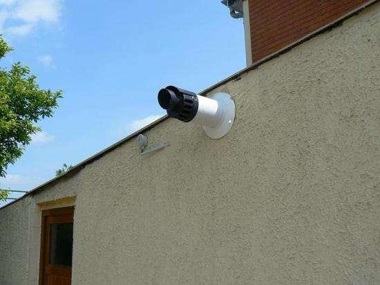 Accessoire de domotique, la sonde extérieure mesure la température externe, pour une meilleure adaptation du chauffage. © DR