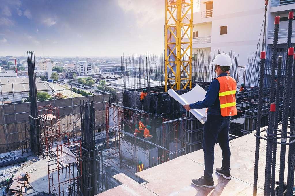 En tant qu'ingénieur architecte, il conçoit et rénove des bâtiments tout en contrôlant le bon déroulement du chantier. © Panumas, Adobe Stock.