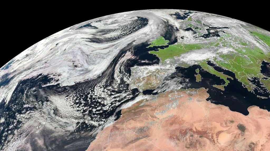 Dans le domaine de la prévision météorologique depuis l'espace, les satellites Météosat, en orbite géostationnaire, sont surtout utilisés pour les prévisions à court terme. Les prévisions à long terme sont quant à elles plutôt du ressort des satellites Metop, qui sont situés sur une orbite polaire. Ces derniers fournissent des données pour les modèles numériques tandis que les Météosat ont une vue globale et continue de l'état de l'atmosphère de la face de la Terre qu'ils observent. © Eumetsat (2014)