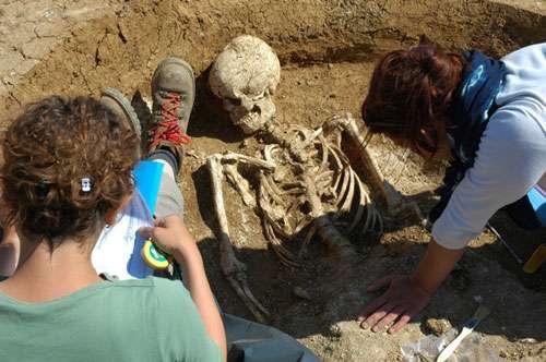 Dégagement et enregistrement d'une sépulture en silo, Neuville aux Bois. © Inrap : L. de Cargouët