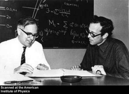 Aage Bohr en pleine discussion avec Ben Mottelson. Crédit : AIP Emilio Segre Visual Archives