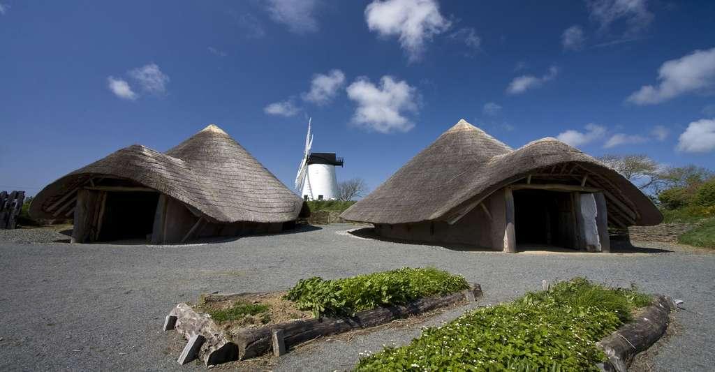 Maison enterrée au toit de paille. © Gail Johnson, Fotolia