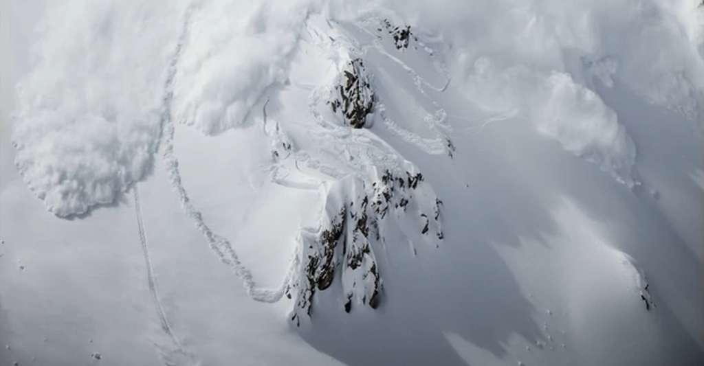 Julien Lopez prévoyait de protéger derrière cette barre rocheuse, mais s'est rapidement rendu compte que l'avalanche était trop importante. Il a donc choisi de changer de direction, fait une faute de carre et a chuté. © Capture d'écran, JulienLopezTV, YouTube