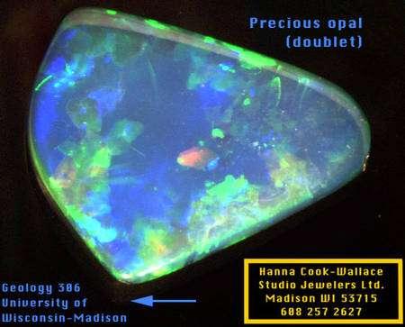 Une opale. C'est aussi un exemple de cristaux photoniques naturels. Crédit : Université du Wisconsin-Madison