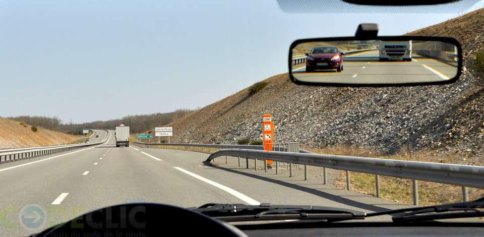 Sur une autoroute, on rencontre une borne d'appel d'urgence tous les 2 kilomètres. © Codeclic