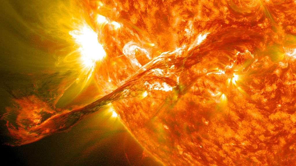 De ce filament solaire géant, photographié le 31 août 2012, a résulté l'éjection d'une masse coronale se déplaçant à 1.500 km/seconde. Des milliards de particules se sont approchées de la Terre, générant un champ magnétique si fort qu'il a interagi avec la magnétosphère et formé des aurores polaires le 3 septembre 2012. © Nasa Goddard Space Flight Center