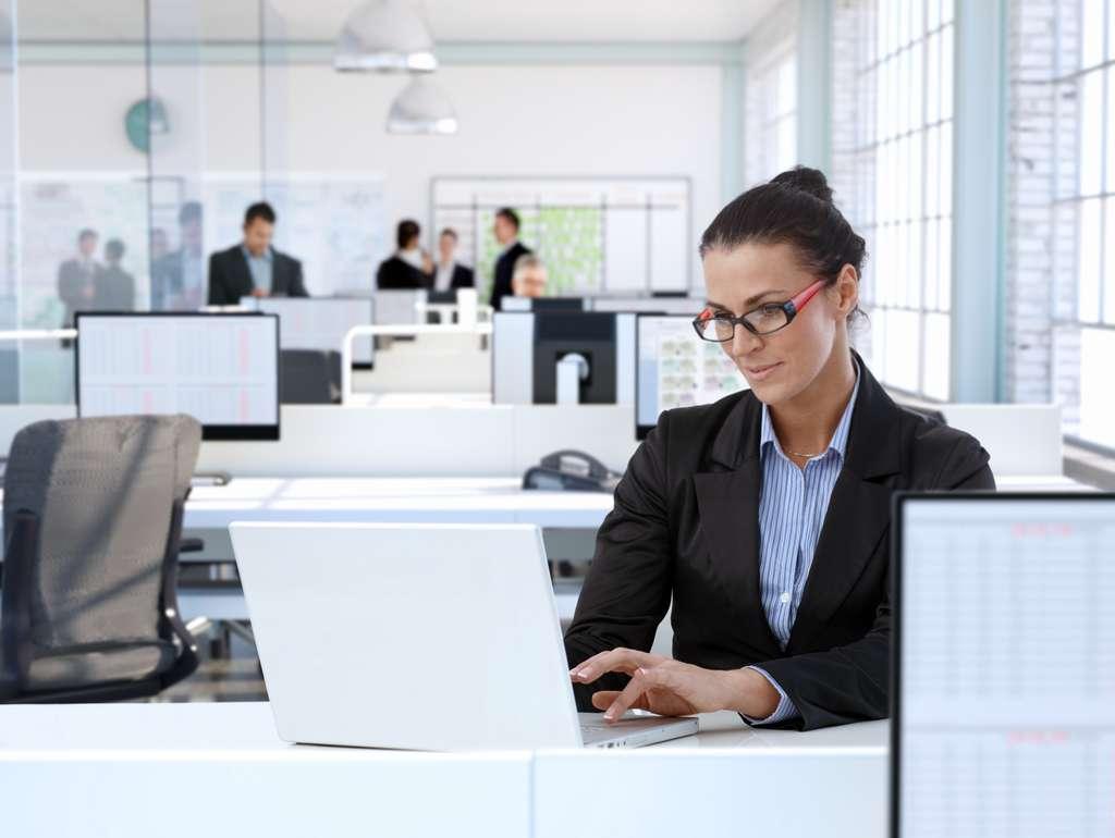 Au bureau ou en déplacement, le processus de signature électronique est un gain du temps. © nyul, Adobe Stock