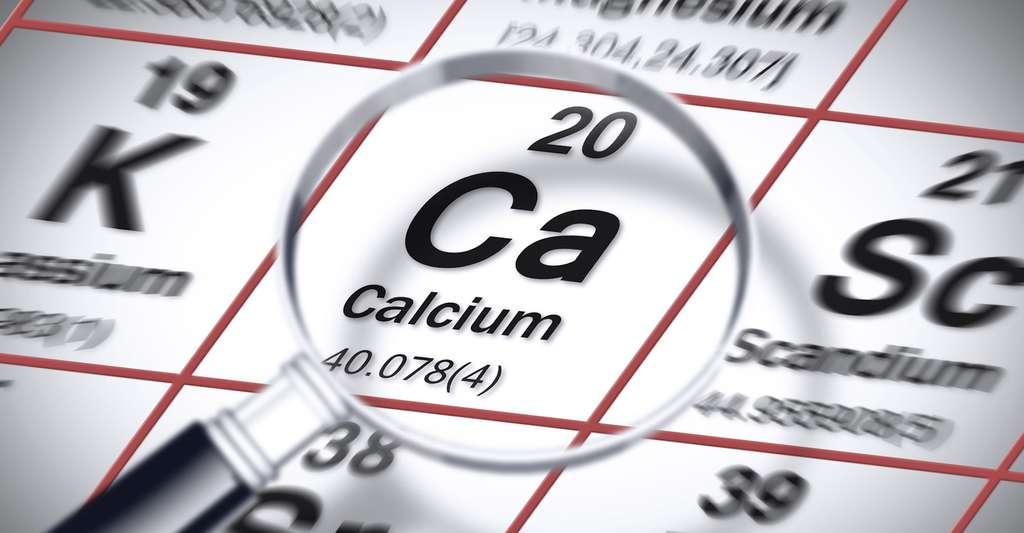 La masse d'une mole d'atome est donnée dans le tableau périodique des éléments. Ici, environ 40 pour le calcium. Elle correspond à la masse molaire moyenne pour tous les isotopes de l'élément, mais aussi au nombre moyen de nucléons par atome de l'élément. © Francesco Scatena, Fotolia