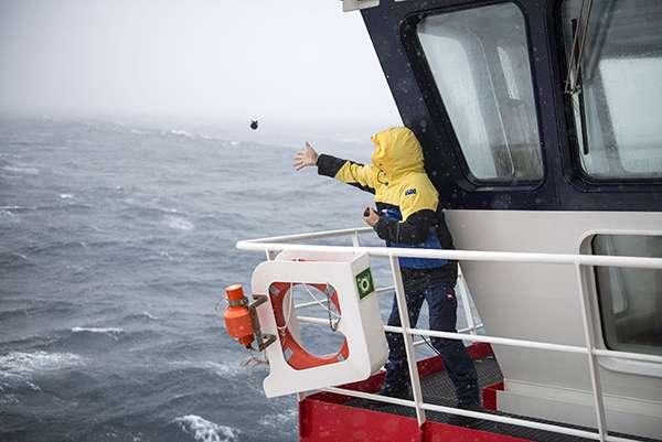 Les scientifiques ont largué des sondes permettant de mesurer la température de l'océan jusqu'à 800 mètres de profondeur depuis l'Astrolabe. © Sébastien Chastenet, OMP, IPEV